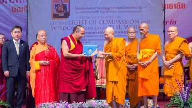 Photo of The university offers an honorary doctorate degree to the Acting President of Buddhist Association of china.